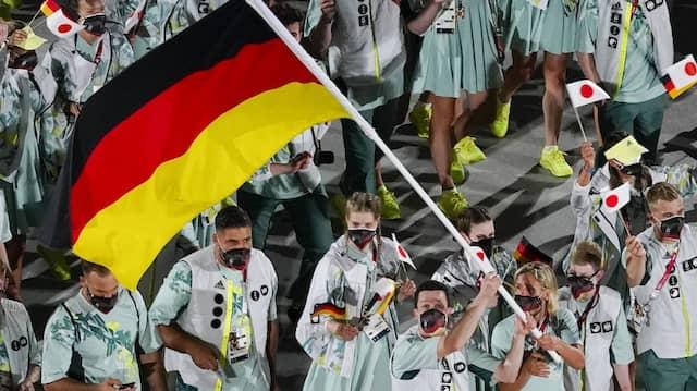 Das deutsche Team beim Einmarsch ins Olympiastadion in Tokio