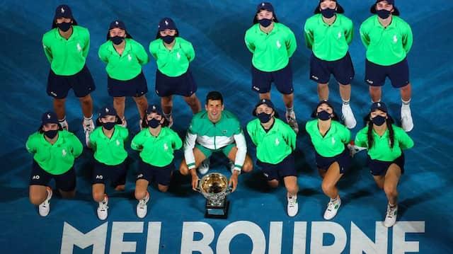 Am Ende das gewohnte Bild: Novak Djokovic mit der Trophäe der Australian Open