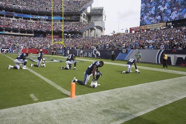 Die Footballspieler der Tennessee Titans knien vor ihrem Spiel bei der Hymne.