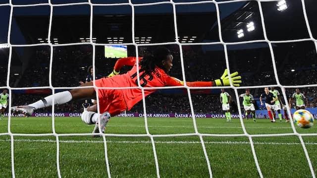 Regelwidrig: Der rechte Fuß von Nigerias Torfrau Chiamaka Nnadozie war beim Elfmeter von Frankreichs Wendie Renard nicht genau auf der Linie.
