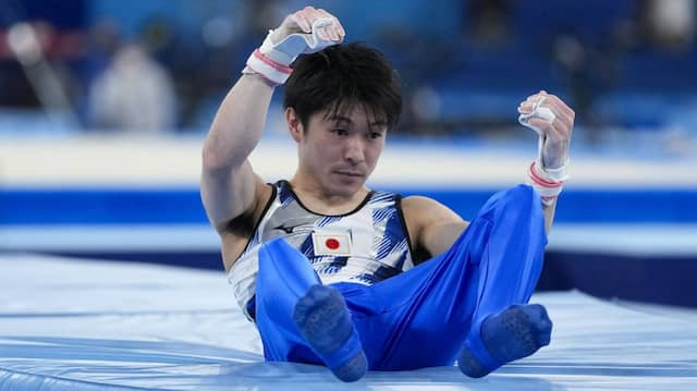 Der schmale Körper auf der Matte, der Blick konsterniert: Kohei Uchimura