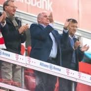 Prominenz ohne Abstand auf der Ehrentribüne des FC Bayern: unter anderem mit Ehrenpräsident Uli Hoeneß und Präsident Herbert Hainer (rechts daneben)