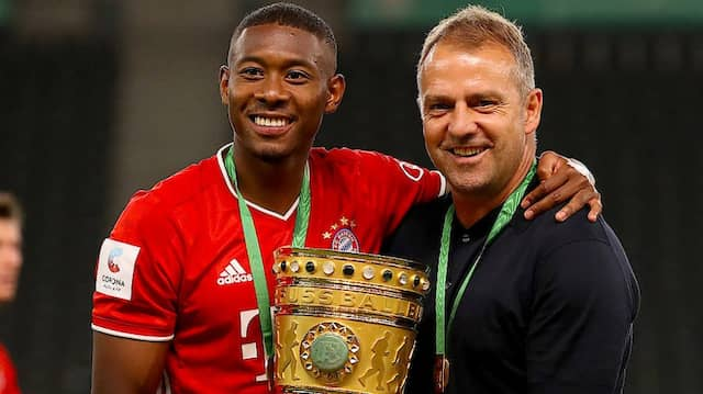 Offenbar im Interesse von Manchester-Trainer Pep Guardiola: Bayerns David Alaba (links, hier neben Hansi Flick)