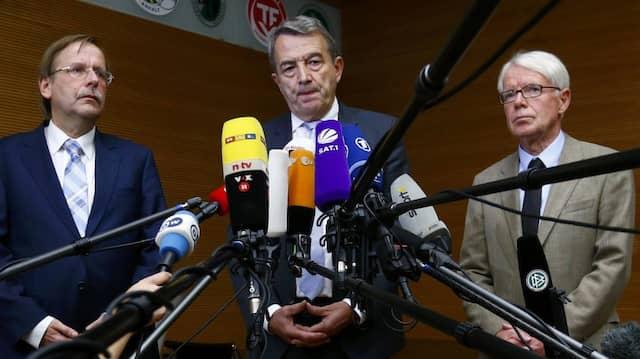 Wolfgang Niersbach (Mitte) tritt als DFB-Präsident zurück, Rainer Koch (links) und Reinhard Rauball (rechts) übernehmen vorerst.