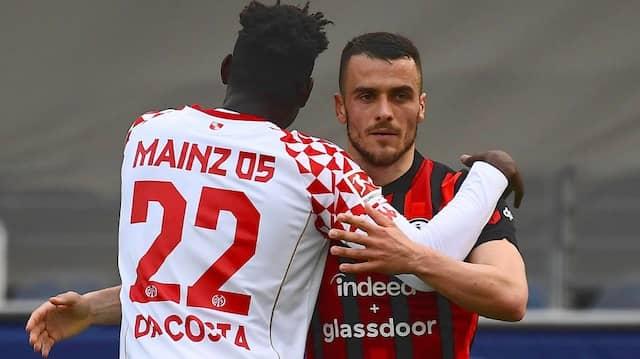 Danny da Costa (links) kümmert sich liebevoll um seinen Kollegen, aber Filip Kostic ist der Spaß vergangen.