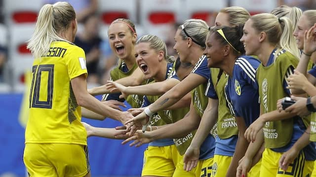 Jubel in gelb: Schwedens Sofia Jakobsson lässt sich von ihren Teamkolleginnen feiern.