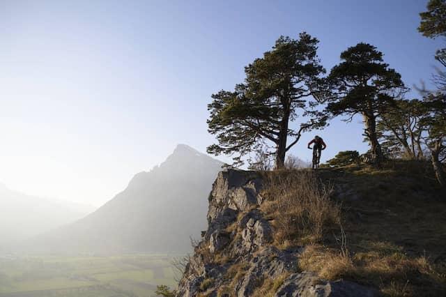 Atemraubende Strecke: Ein Mountainbiker bewältigt den 758 Meter hohen Ellhorn in der Schweiz.