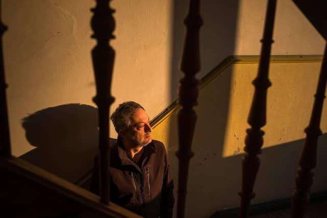 Im Gespräch zwischen einer Sammlung von Gartenzwergen - Schrifsteller Feridun Zaimoglu im Treppenhaus vor seiner Wohnung in Kiel.