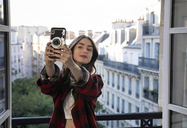 Selfie-Bourgeoisie: An Accessoires mangelt es der Serienfigur Emily (Lily Collins) nicht. Das Wichtigste ist ihr Smartphone.