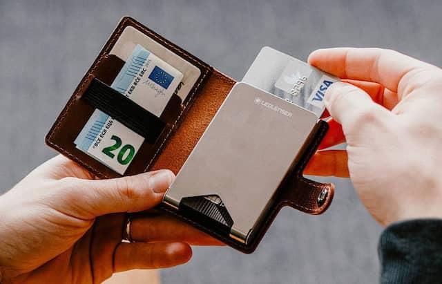 Börsenhandel: Gummiband für Scheine, dazu zwei Karten-Einschubfächer auf der linken Seite. Einige weitere Karten passen unter die Metallabdeckung rechts.