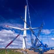 Mit einem Spezialkran wird der vormontierte Propeller an das Maschinenhaus einer neuen Windkraftanlage südlich von Schwerin gehoben. Im Juni war die Windstromerzeugung allerdings so schwach wie lange nicht.