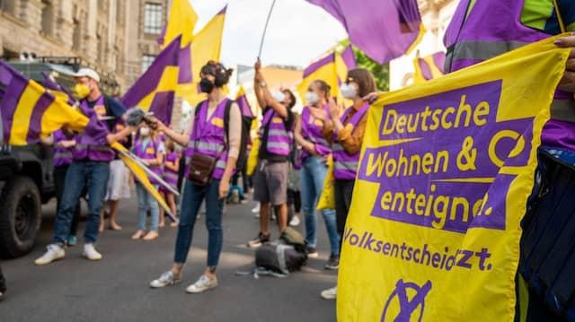 """Unterstützer der Initiative """"Deutsche Wohnen & Co. enteignen"""" bei der Übergabe der gesammelten Unterschriften für einen Volksentscheid zur Enteignung von großen Immobilienunternehmen"""