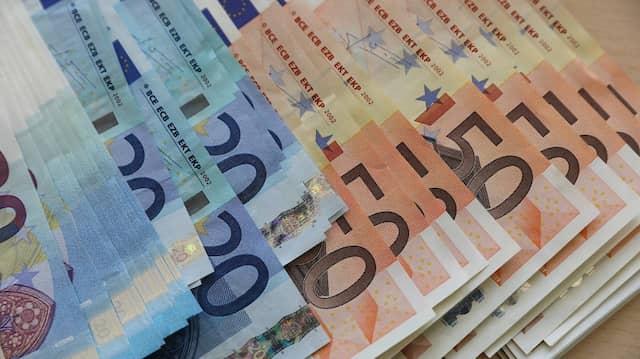 Viele Deutsche parken ihr Geld weiterhin auf dem Sparbuch.