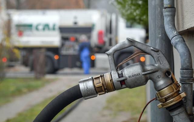 Ein Mehrfamilienhaus wird mit Heizöl betankt: Das kostet jetzt mehr als noch vor einem Jahr.