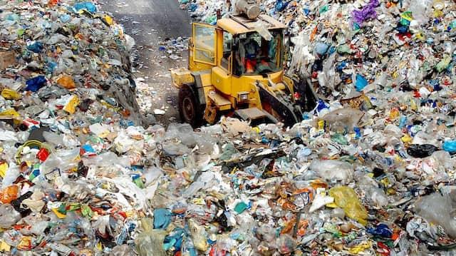 Müll aus der gelben Tonne in einer RWE-Betriebsstätte in Essen