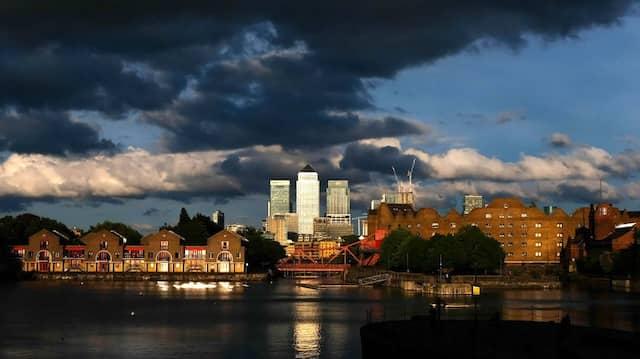 Dunkle Wolken über dem Finanzdistrikt in London: Der britische Aktienmarkt ist, bedingt durch die Corona-Turbulenzen, schwer gebeutelt.