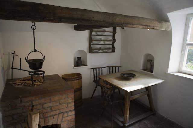 Die Küche in einer historischen Museumswohnung in der Fuggerei in Augsburg - diese gilt als älteste erhaltene Sozialsendung der Welt.