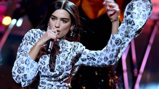 Die britische Sängerin Dua Lipa hätte im Mai unter anderem in Köln auftreten sollen, nun ist ein Termin im kommenden Jahr geplant.