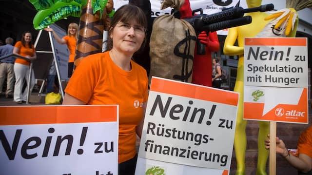 Jutter Sundermann protestiert häufig und hauptberuflich. Diesmal gegen die Deutsche Bank