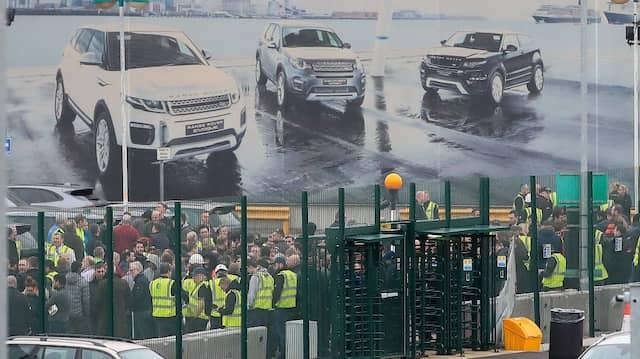 Verzweifelte unter Luxusautos: Nach der Ankündigung des Stellenabbaus versammelten sich zahlreiche Mitarbeiter von Jaguar Land Rover, hier in Liverpool.
