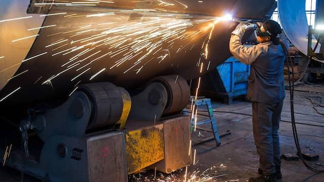 In einer Firma in Fürstenwalde wird an einem Stahlsegment für einen Windradturm gearbeitet.