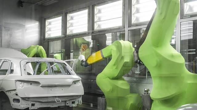 In der Autoindustrie längst normal: Roboter lackieren die Karosserie.