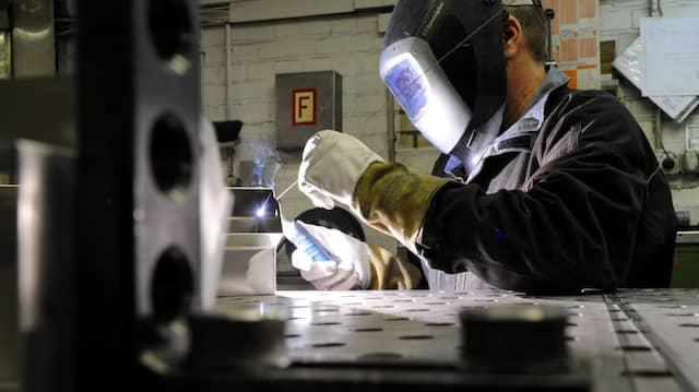 Ein Mitarbeiter eines metallverarbeitenden Betriebes in Kiel