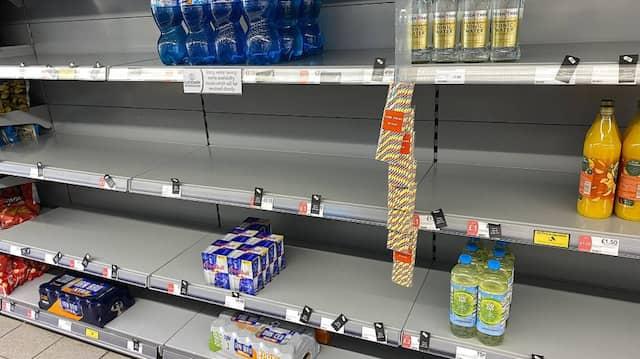 Leere Regale in einem Supermarkt in Großbritannien