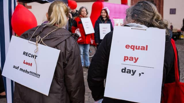 "Demonstration zum ""Equal Pay Day"" am Frankfurter Römerberg im März 2019"