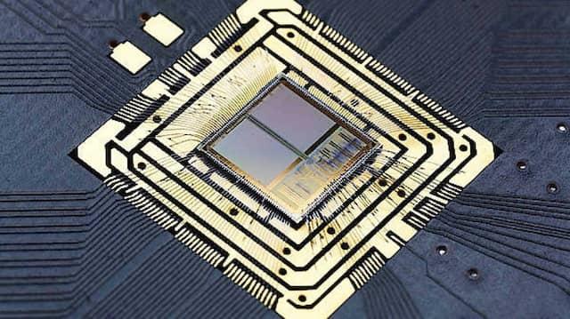 BrainScaleS-Chip der ersten Generation. 384 Neuronen sind über 100.000 Synapsen miteinander verknüpft .