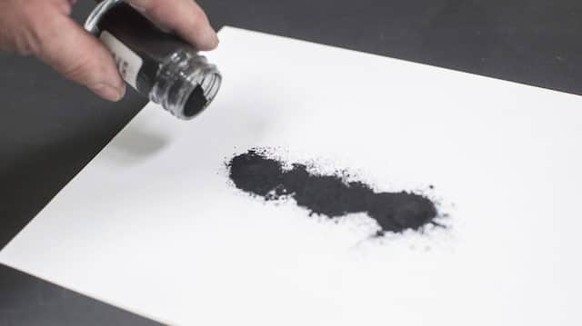 Graphen, das extrem dünne Nano-Material mit zweidimensionaler Kohlenstoffstruktur, sieht gewöhnlichem Kohlenstoffstaub zum Verwechseln ähnlich.
