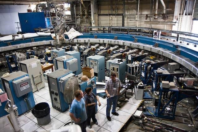 Physiker stehen im Inneren des Speicherrings des g-2-Experiments, das am Brookhaven National Laboratory von 1997 bis 2004 in Betrieb. Von deutscher Seite war an den Messungen eine Forschergruppe von der Universität Heidelberg um Gisbert zu Putlitz beteiligt .