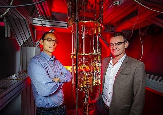 Henry Yang (links) und Andrew Dzurak an ihrem Quantensystem. Der  experimentelle Aufbau befindet sich außerhalb des Kryostaten.