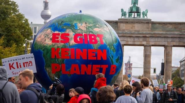 Die Jungen rebellieren, die Jungen werden gehört. Klima-Demo von Fridays for Future vor dem Brandenburger Tor.