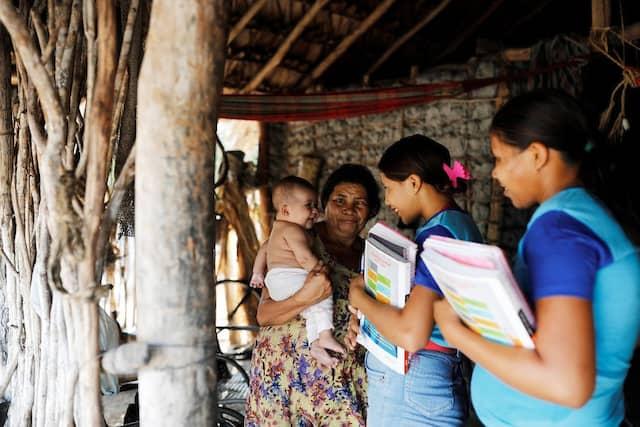 Maria da Luz hält ihre Enkeltochter auf dem Arm. Die Großmutter, die 18-jährige Mutter Maria Natividade (rechts) und ihre Schwester, die 14-jährige Ida (Mitte) sind Anhängerinnen des linken Präsidentschaftskandidaten Fernando Haddad.