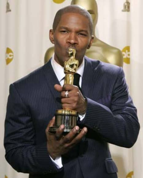 oskar 2005 - Actor Jamie Foxx kisses his Oscar statue