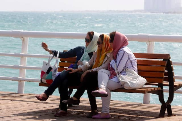Iranische Sommerfrische in Kish: Der Gesichtsschleier galt Herrschern wie Kemal Atatürk und dem Schah als Hindernis auf dem Weg in die Moderne.