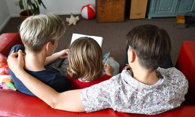 Für lesbische Paare gibt es neue Möglichkeiten. Durch das so genannte Ropa-Verfahren sind beide Mütter mit dem Kind verwandt.