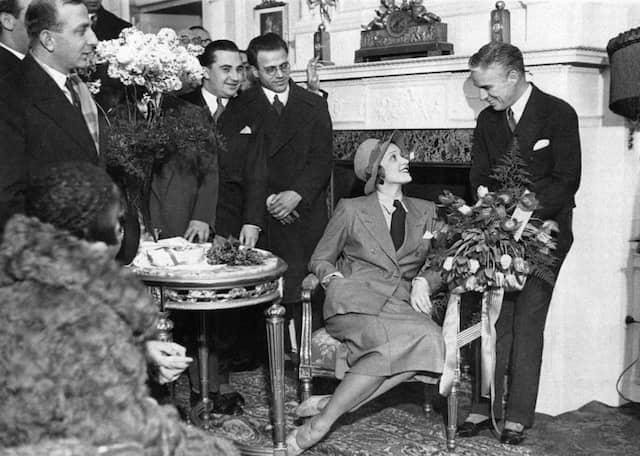 Marlene Dietrich und Charlie Caplin im Hotel Adlon 1931 in Paris.