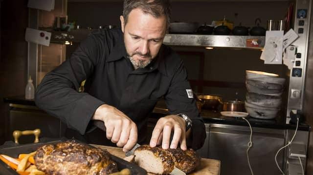 """Das Berliner Restaurant """"Rutz"""" mit Sternekoch Marco Müller hat alle Gerichte für uns zubereitet. Nach dem Fototermin wurden die Braten zu einem festlichen Personalessen für das Küchenteam."""