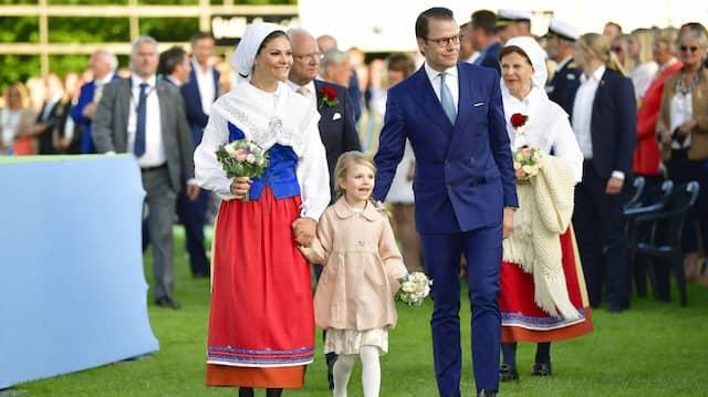 Sehen Sie es auch? Hinter dem Lächeln der jungen Schwedenprinzessin Estelle verbirgt sich der Stress. Das behauptet zumindest die Neue Freizeit.